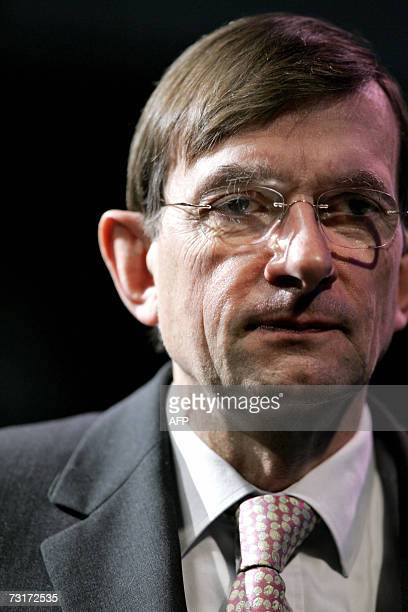 Den Haag, NETHERLANDS: Shell CEO Jeroen van der Meer looks on as he gives the explanations on the annual net profit 01 Febuary 2007 in the Hague....