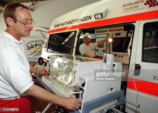 Den Hauptbestandteil des neuen Baby-Notarztwagens, einen Transport-Inkubator mit einem Tragentisch, präsentiert der DRK-Rettungssanitäter Stephen...