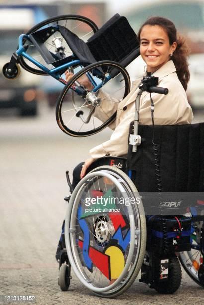 Den kleinsten und leichtesten Rollstuhl der Welt aus Aluminium präsentiert am in Düsseldorf Daniela, die in einem Rollstuhl mit der elektrischen...