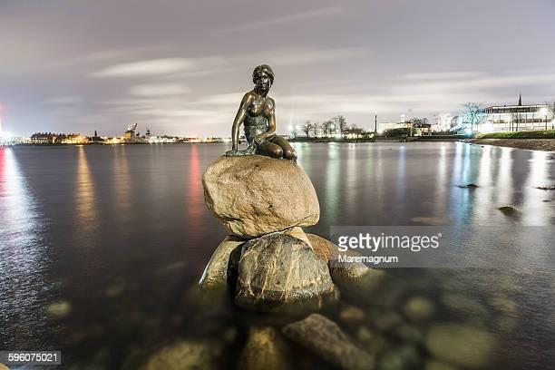 den lille havfrue, the little mermaid sculpture - copenhagen stock pictures, royalty-free photos & images