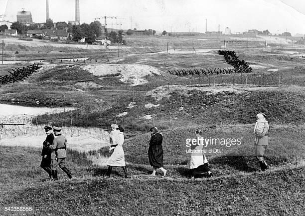 'Den polnischen Schergen entkommenUnter dem Schutz deutscher Grenzbeamtenwerden volksdeutsche Flüchtlinge, dieden polnischen...