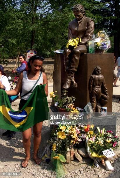 Den Tränen nahe legt am die Brasilianerin Anna Bebito aus Sao Paulo am Denkmal des vor fünf Jahren tödlich verunglückten brasilianischen Rennfahrers...