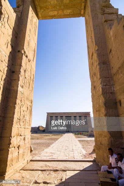 dendera temple and main gateway - tempelcomplex van dendera stockfoto's en -beelden