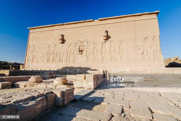 dendera temple, rear exterior - tempelcomplex van dendera stockfoto's en -beelden
