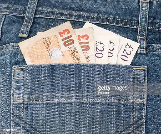 denim cheio de dinheiro no bolso - nota de dez pounds - fotografias e filmes do acervo