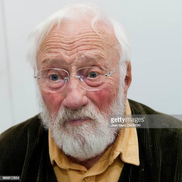Denis Brihat photographe français de nature morte lauréat du prix Niépce en 1957 et professeur de photographie à Bonnieux lors du vernissage de son...