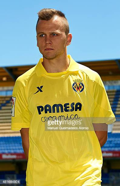 ¿Cuánto mide Denis Cheryshev? - Altura - Real height Denis-cheryshev-poses-during-his-presentation-as-a-new-player-for-cf-picture-id451684924?s=612x612