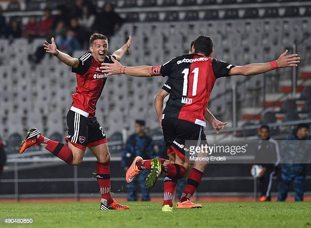 Denis Rodriguez of Newell's Old Boys celebrates after scoring the second goal of his team during a match between Estudiantes and Newell's Old Boys as...