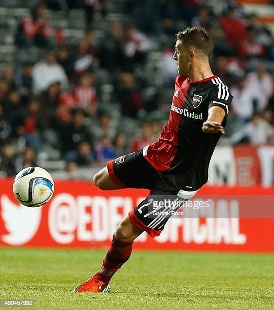Denis Rodri'guez of Newell's Old Boys kicks the ball to score during a match between Estudiantes and Newell's Old Boys as part of round 26th of...