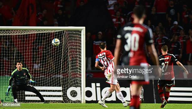 Denis Rodriguez of Newell's Old Boys kicks the ball to score the second goal of his team during a match between Estudiantes and Newell's Old Boys as...