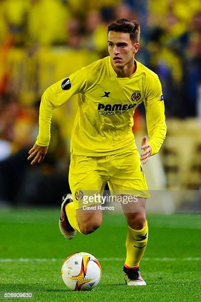 Denis Suarez of Villarreal CF runs with the ball during the UEFA Europa League semi final first leg match between Villarreal CF and Liverpool at...