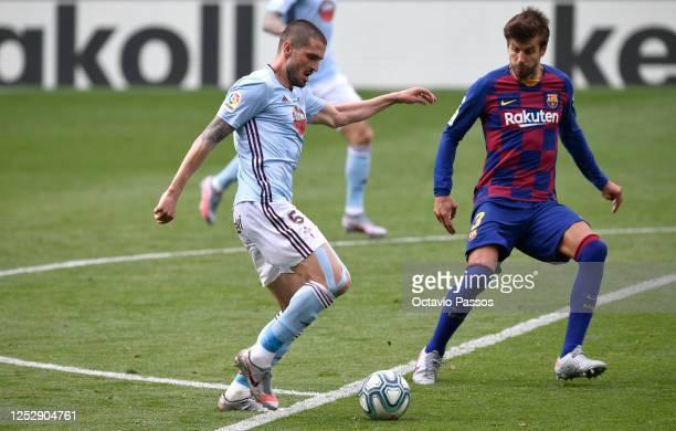 Denis Suárez of RC Celta Vigo controls the ball during the Liga match between RC Celta de Vigo and FC Barcelona at AbancaBalaídos on June 27 2020 in...