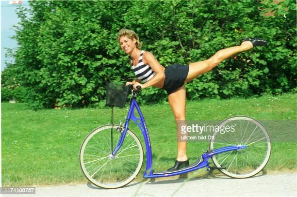 Denise Biellmann auf einem Rollerbike 1996