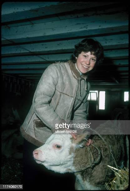 Denise Biellmann im Stall mit Kalb 1979