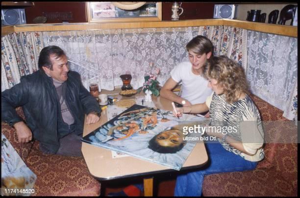 Denise Biellmann signs the painting of Robert Ottiger 1983