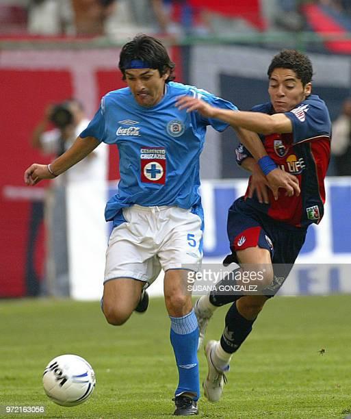 Denise Caniza del Cruz Azul disputa el balón con José María Cardenas de Atlante en un partido correspondiente a la séptima fecha del Torneo Clausura...