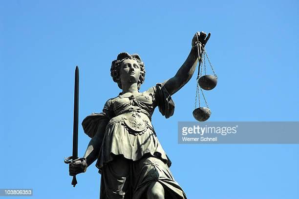 denk mal, justitia ! - justicia fotografías e imágenes de stock