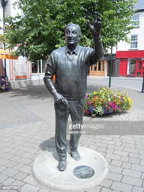 Denkmal für den lokalen Autor John B Keane aufgenommen in der Kleinstadt Listowel am 17 Juli 2015