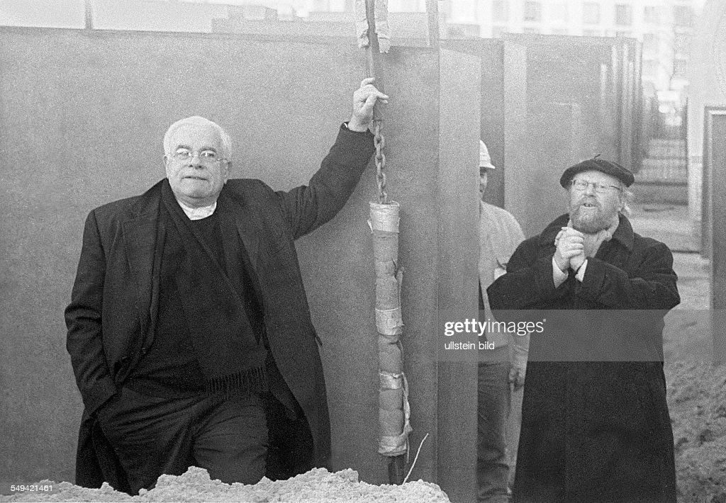 Holocaust-Mahnmal: Eisenman und Thierse : News Photo