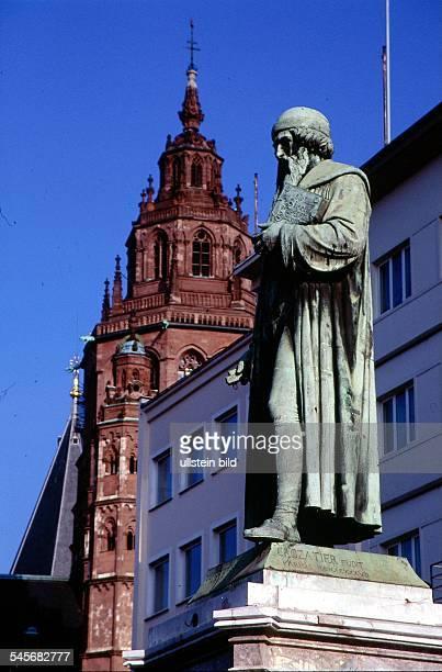 Denkmal Johannes Gutenberg imHintergrund ein Turm des Doms 1998