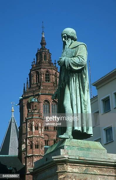 Denkmal Johannes Gutenberg imHintergrund ein Turm des Doms 1999