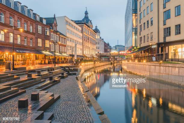 denmark, aarhus, view to lighted city with aarhus river - dinamarca - fotografias e filmes do acervo