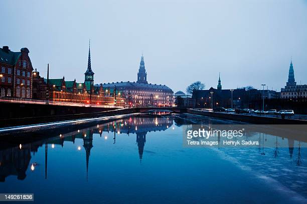 denmark, copenhagen, view over canal towards copenhagen stock exchange and christiansborg castle - copenhagen stock pictures, royalty-free photos & images