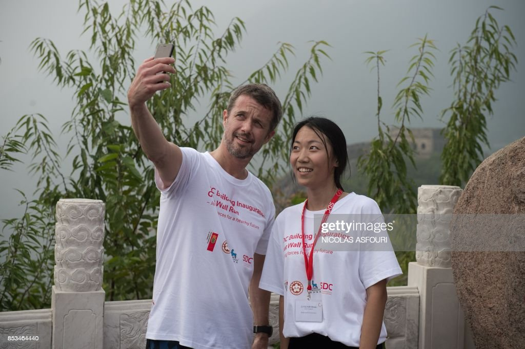 denmarks-crown-prince-frederik-takes-a-selfie-with-a-chinese-student-picture-id853464440