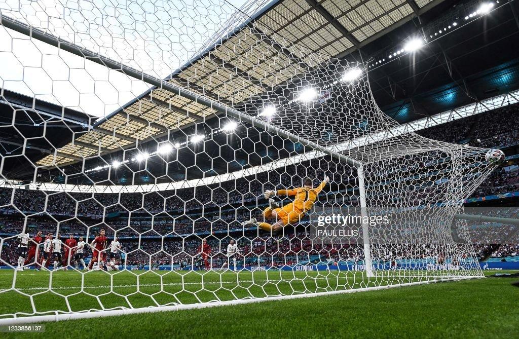 TOPSHOT-FBL-EURO-2020-2021-MATCH50-ENG-DEN : News Photo