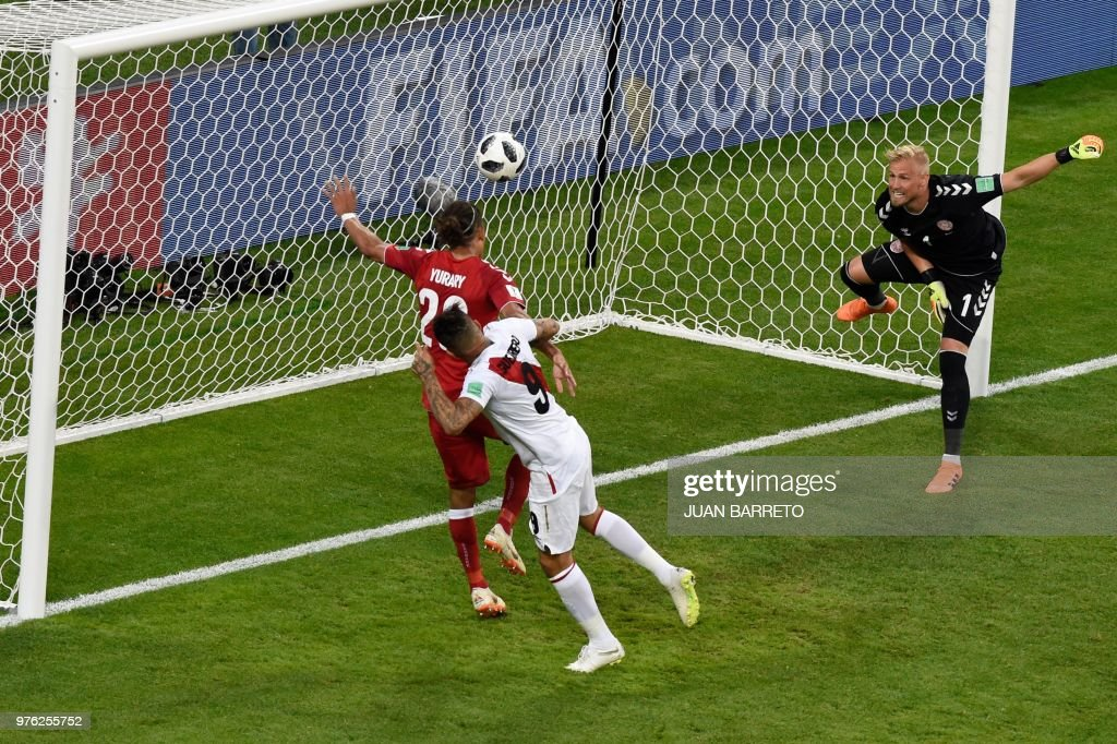 TOPSHOT - Denmark's forward Yussuf Poulsen (L) and Denmark's goalkeeper Kasper Schmeichel (R) defend as Peru's forward Paolo Guerrero threatens during the Russia 2018 World Cup Group C football match between Peru and Denmark at the Mordovia Arena in Saransk on June 16, 2018. (Photo by JUAN BARRETO / AFP) / RESTRICTED