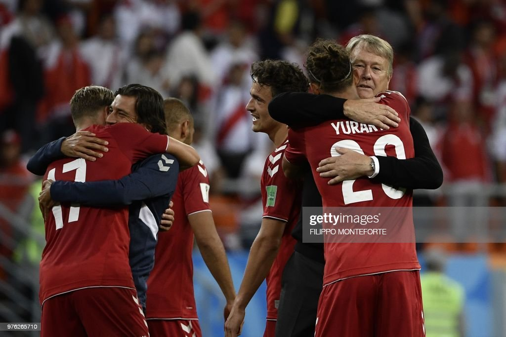 TOPSHOT - Denmark's forward Yussuf Poulsen (R) is is congratulated by Denmark's coach Age Hareide (rear R) at the end of the Russia 2018 World Cup Group C football match between Peru and Denmark at the Mordovia Arena in Saransk on June 16, 2018. (Photo by Filippo MONTEFORTE / AFP) / RESTRICTED