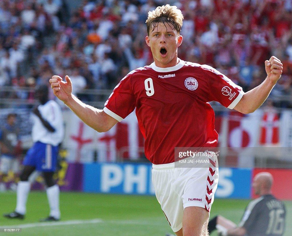 Denmark's Jon Dahl Tomasson celebrates after his 6 : News Photo
