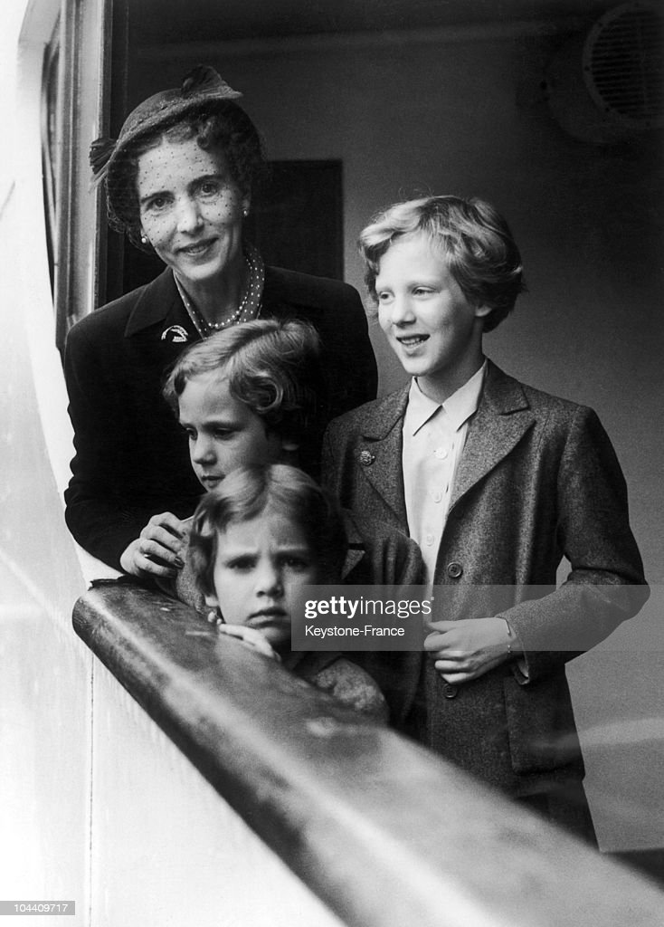 Queen Ingrid And Princess' Margrethe, Benedikte And Anne-Marie Of Denmark In England 1952 : News Photo