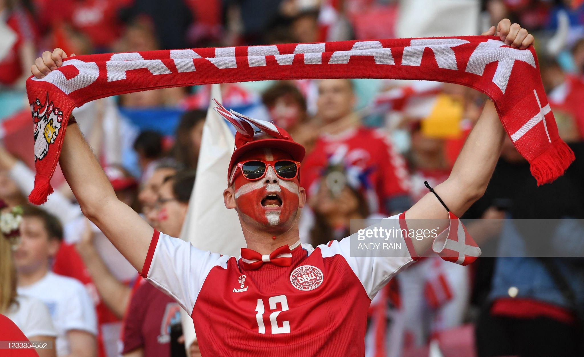 FBL-EURO-2020-2021-MATCH50-ENG-DEN-FANS : News Photo