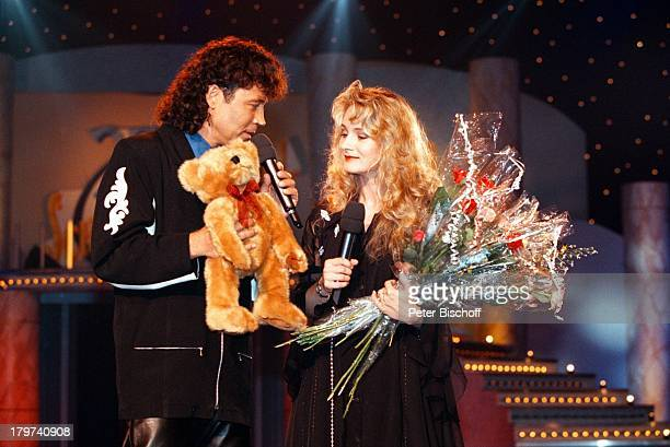 """Dennie Christian mit Sängerin Nicole,;ZDF-Fernsehen """"25 Jahre Deutsches;Schlagerfestival"""", Kerkrade/Holland,;Blumen, Teddy,"""