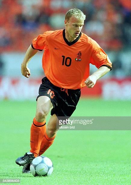 Dennis Bergkamp Stürmer der niederländischen Nationalmannschaft läuft während der FußballEuropameisterschaft 2000 mit dem Ball am Fuß über das...