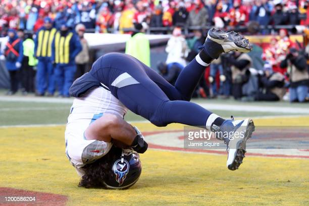 Dennis Kelly of the Tennessee Titans catches a 1 yard touchdown pass in the second quarter against the Kansas City Chiefs in the AFC Championship...