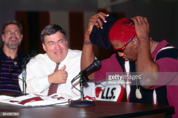 Dennis Rodman shows off his hair during a press conference to announce he signed with the Chicago Bulls on October 5 1995 at the Berto Center in...