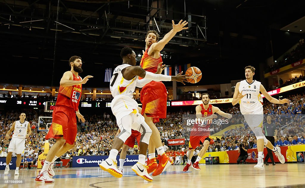 Dennis Schroeder (2.L) of Germany passes the ball to team mate Tibor Pleiss (R) during the FIBA EuroBasket 2015 Group B basketball match between Germany and Spain at Arena of EuroBasket 2015 on September 10, 2015 in Berlin, Germany.