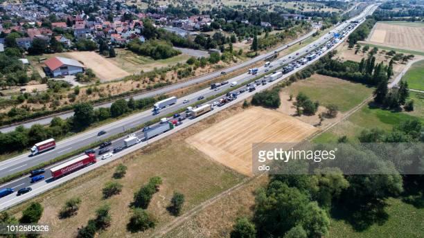 密な交通と高速道路 - 空撮のジャム