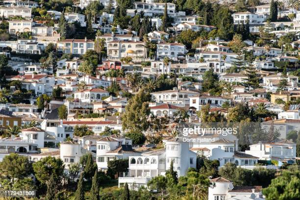 densely built neighbourhood of white villas on costa del sol - dorte fjalland stock pictures, royalty-free photos & images