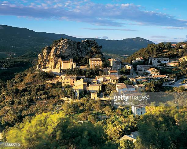 dentelles de montmirall, provence, france - peter adams stock pictures, royalty-free photos & images