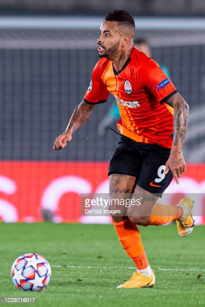 Dentinho of FC Shakhtar Donetsk controls the ball during the UEFA Champions League Group B stage match between Real Madrid and Shakhtar Donetsk at...