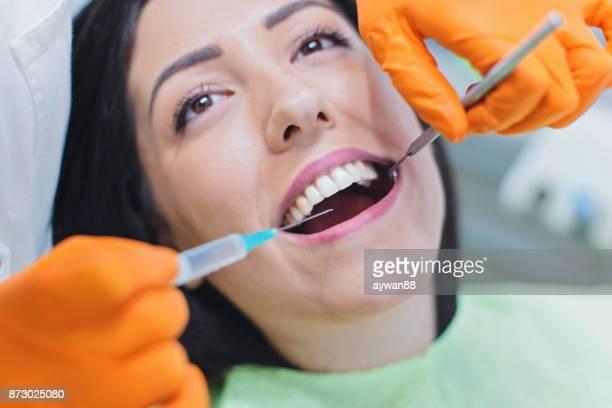 Zahnarzt geben Patienten Anästhesie