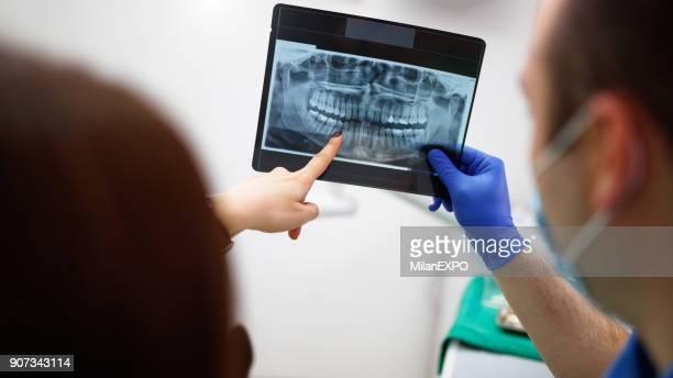 dentiste, montrant un patient son x-ray - radiographie photos et images de collection
