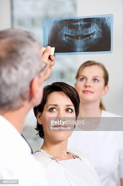 dentist with patients x-ray - donne di età media foto e immagini stock