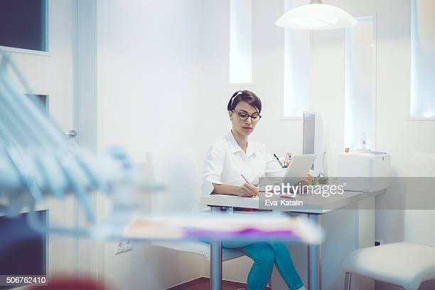 Zahnarzt bei der Arbeit in Ihrem Büro