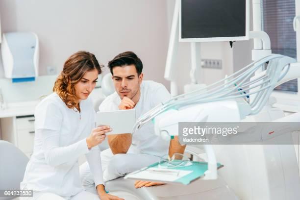 Zahnärzte arbeiten auf einem tablet