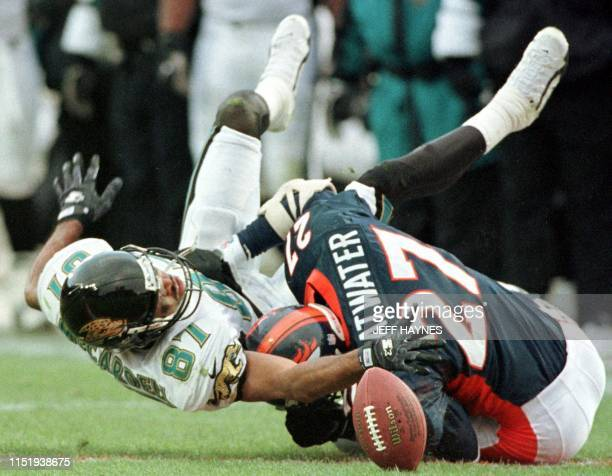 Denver Broncos defender Steve Atwater breaks up a pass intended for Keenan McCartell of the Jacksonville Jaguars 27 December in the second half of...