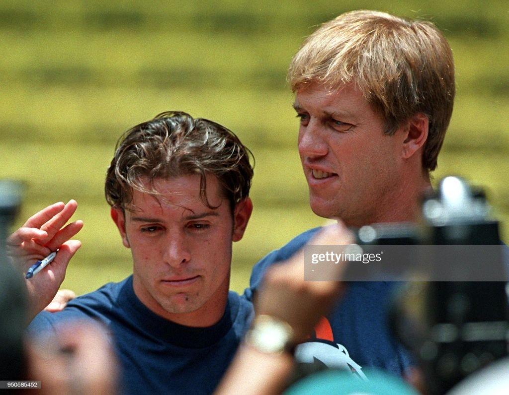 Denver Broncos quarterback John Elway (R) and receiver Marco Martos ...
